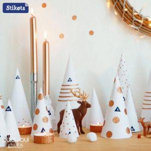 Schmücken Sie den Eingangsbereich mit kleinen Weihnachtsbäumen